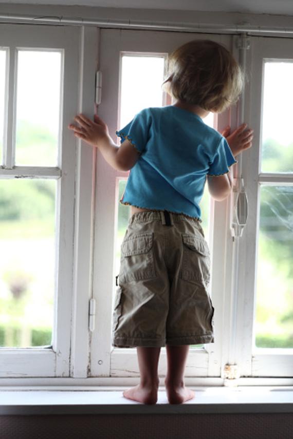 мальчик выпал из окна
