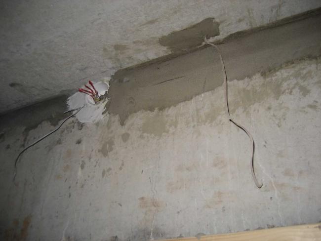 Подскажите, кто знает, это находится над входной дверью. Справа телефонный кабель, а слева, это что?