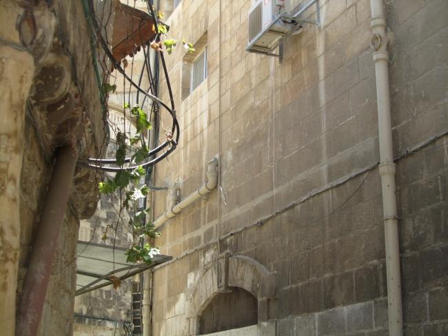 Трубы канализации проложены по стенам домов
