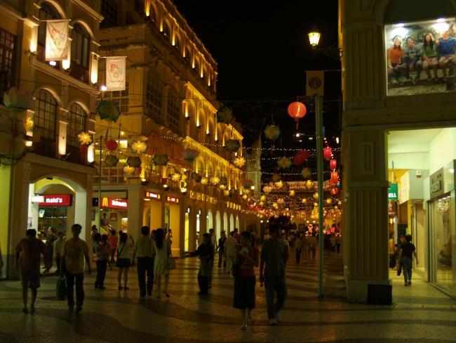 Торговая улица в Макао.