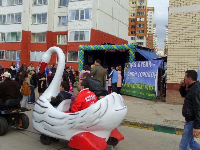 Народ подтягивается к началу празднования Дня городского поселения Лесной городок