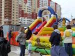 """Детские горки на празднике Дня Поселения на набережной в ЖК """"Дубки"""""""