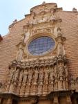 Фасад католического собора в бенедиктинском монастыре на горе Монтсеррат